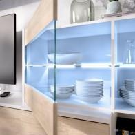 Mueble de salón con Leds Uma, blanco brillo y roble natural, reversible, detalle vitrina y leds, barato. Mobelcenter